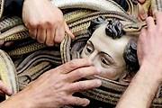 Змееловы задрапируют статую святого Доминика змеями. // chinadaily.com.cn