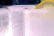 Стаканы в баре тоже изо льда. // mignews.com