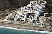 Строительство отеля разрушает пляж El Algarrobico. // elpais.com