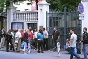 """У стен консульства проходит митинг. // """"Турпром"""""""