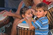 На пляже туристов ждут танцы и шоу барабанщиков. // escape-to-sarasota.com