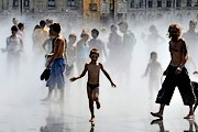 Горожане и туристы могут охладиться в фонтанах. // AFP / Pierre Andrieu