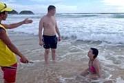 Спасатель просит туристов покинуть воду. // phuketwan.com