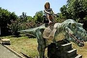 Самые смелые могут прокатиться верхом на динозавре. // istra.net