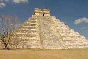 Поднимаясь по ступеням пирамиды, люди слышат звуки дождя. // Aaron Logan