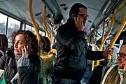 За разговоры по мобильнику из автобуса могут высадить. // Fotorzepa / Radek Pasterski