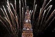 По субботам к обычной иллюминации праздничного дерева добавляются фейерверки. // Reuters