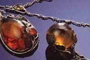 На выставке представлены украшения, изготовленные в разное время. // amber.org.pl
