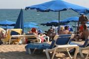 Пляжный инвентарь может занимать не более половины территории пляжа. // Travel.ru