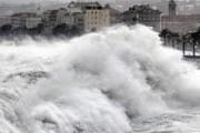 Огромные волны обрушились на французское побережье. // AFP