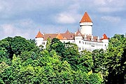 Замок построен по образцу французских крепостей. // private-cars.com