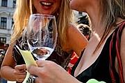 На фестивале можно слушать музыку и дегустировать вина. // cuketka.cz