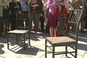 Памятник дизайнерским стульям // svea-tour.ru