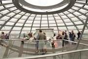 Стеклянный купол ежедневно посещают около восьми тысяч человек. // AFP