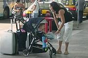 Для поездки с ребенком нужен дополнительный документ. // Travel.ru