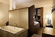 В дизайне отеля сочетаются классическая элегантность и современные технологии. // the-weinmeister.com