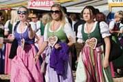 Гости фестиваля надевают национальные костюмы. // AP