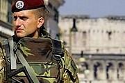 Итальянские военные следят за порядком. // picsdigger.com