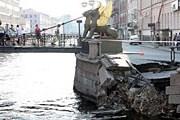 Обрушилась часть набережной в центре города. // Фонтанка.ru