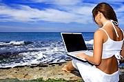 На итальянских пляжах предлагают ноутбуки напрокат. // freshnewlife.com
