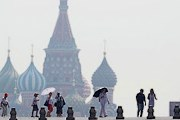 Москвичи спасаются от смога. // rian.ru