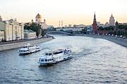 По Москве-реке курсируют катера. // Travel.ru.