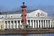 Биржа находится на Васильевском острове Санкт-Петербурга. // hellopiter.ru
