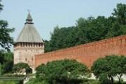 Экскурсовод проведет туристов по интереснейшим уголкам города. // smolensk-travel.ru