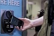 Для того чтобы произвести оплату, достаточно поднести телефон к считывающему устройству. // visa.com