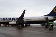 Высадка пассажиров Ryanair через обычные трапы // Travel.ru