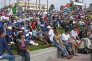 Множество зрителей приходит посмотреть на соревнования. // isasurf.org