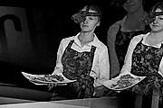 Посетителей обслуживают в темноте. // darkrestaurant.pl