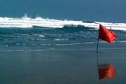 Красный флаг запрещает купание. // travelpod.com
