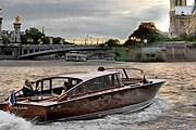 Туристы могут совершить прогулку по Сене на венецианской лодке. // seineavenue.com