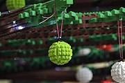 Ёлка собрана из деталей конструктора Lego. // theverge.com