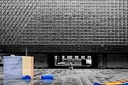 Сауна расположена во дворе театра. // archiweb.cz