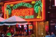 Кофешопы остаются доступны туристам. // singularcity.com