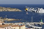 Зеваки приезжают посмотреть на место крушения судна. // Reuters / Remo Casilli