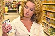 Чтобы сэкономить, еду можно покупать в супермаркетах. // iStockphoto / Sean Locke