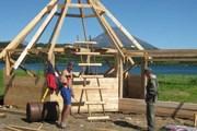 Волонтеры строят беседку на берегу Курильского озера. // kronoki.ru