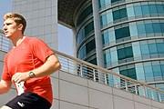 Участники марафона взбегают на 52-й этаж. // dubaiverticalmarathon.org