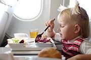 Более половины пассажиров не любят детей в самолетах. // iStockphoto / vsurkov