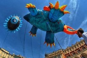 Гигантские драконы будут парить над городом. // flickr.com / Derbeth