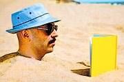 Туристы могут взять книги на пляже. // artsbeat.blogs.nytimes.com