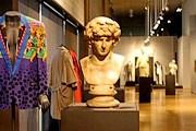 На выставке объединены костюмы работы великого кутюрье и копии античных скульптур. // zonafranca.mx