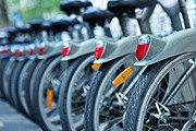Велосипед – альтернатива автомобилю на городских улицах. // iStockphoto / Nikada