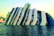 Туристы едут фотографироваться на фоне затонувшего лайнера. // worldcruise-network.com
