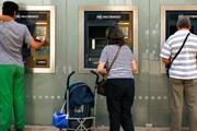 Операции с иностранными банковскими картами не проходят. // guardian.co.uk