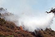 В тушении огня задействована авиация. // latimes.com