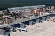Пирс A-Plus аэропорта Франкфурта ( на дальнем плане - станция дальних поездов) // fraport.de